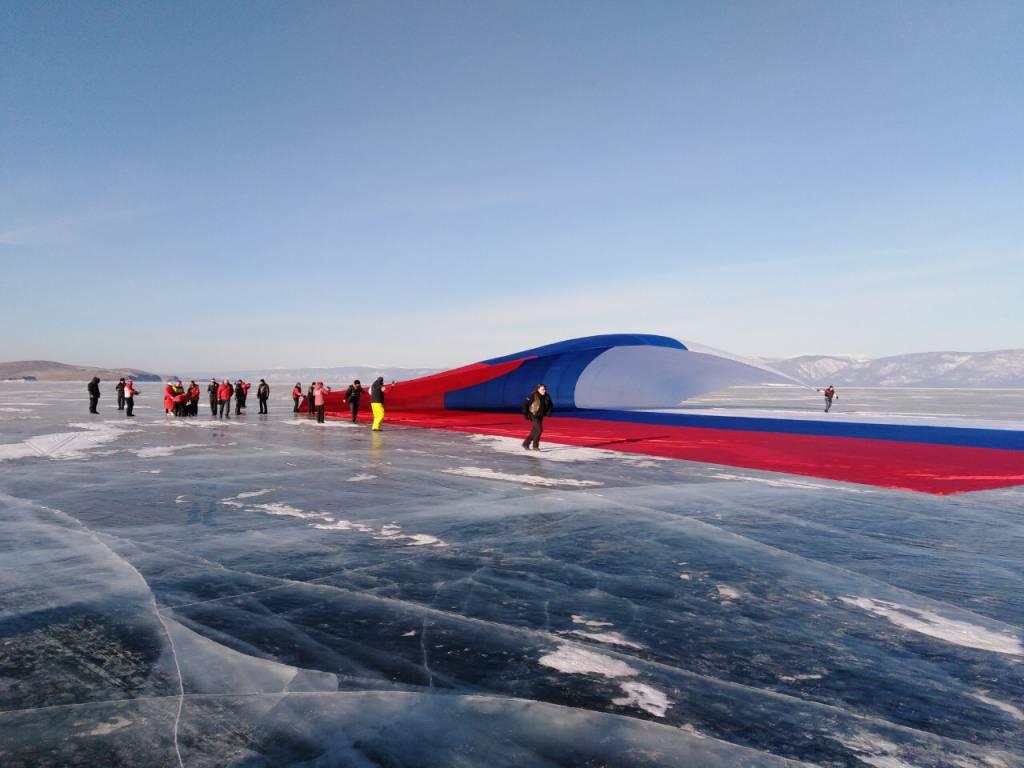 На Байкале растянули самый большой флаг России (фото)