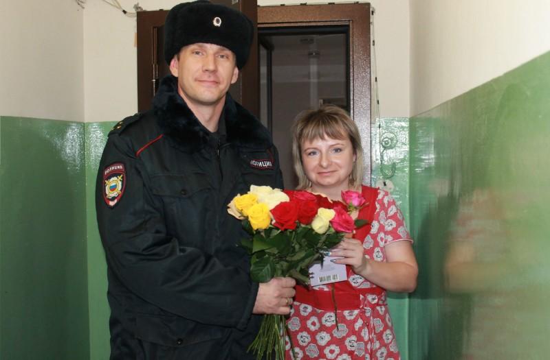Цветы к празднику от сотрудников полиции