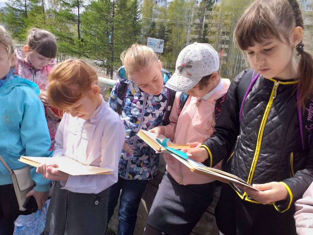 Минута чтения. Устьилимские школьники приняли участие в необычном флешмобе (фото)