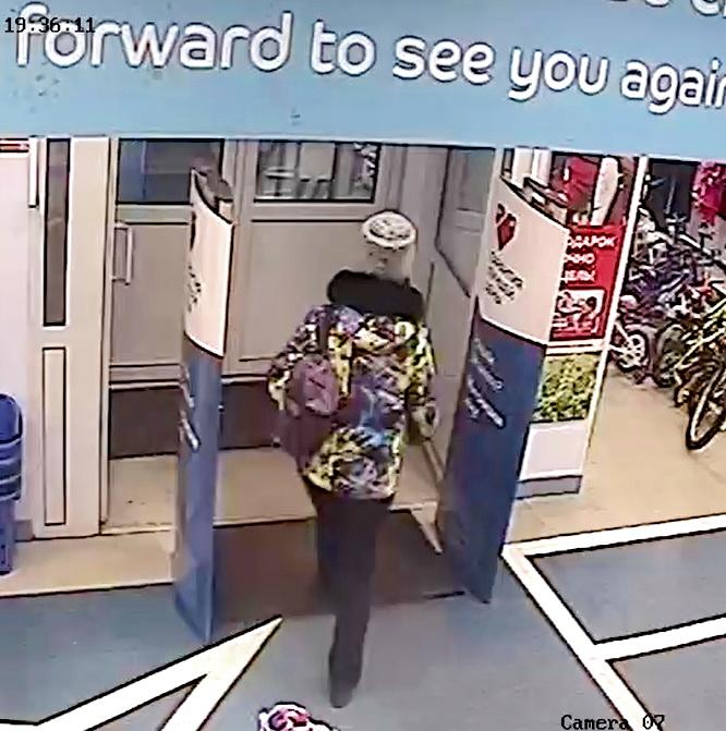 «Любовь» к спорту. Полиция Братска устанавливает личность похитительницы товара из спортивного магазина