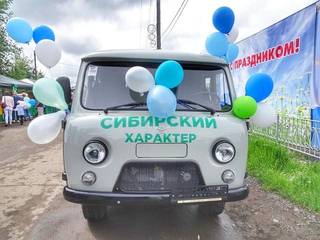 Андрей Чернышев вручил новый автомобиль к 90-летию Киренского района