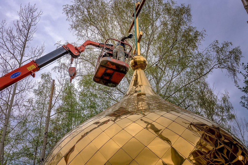 И солнце отразилось в нем… В Усть-Илимске над храмом Архистратига Божия Михаила подняли купол (фото)