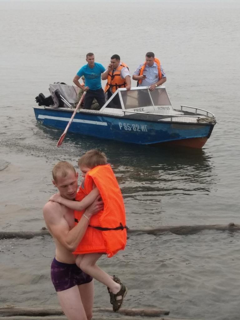 Решили покататься… Лодочная прогулка нетрезвых мужчин с шестилетним сыном одного из них чуть не обернулась трагедией