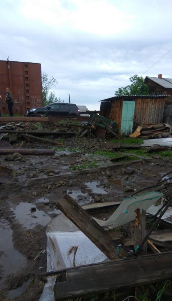 Когда вода – беда. В Усть-Илимске в одном из дачных кооперативов устраняют последствия потопа (фото)