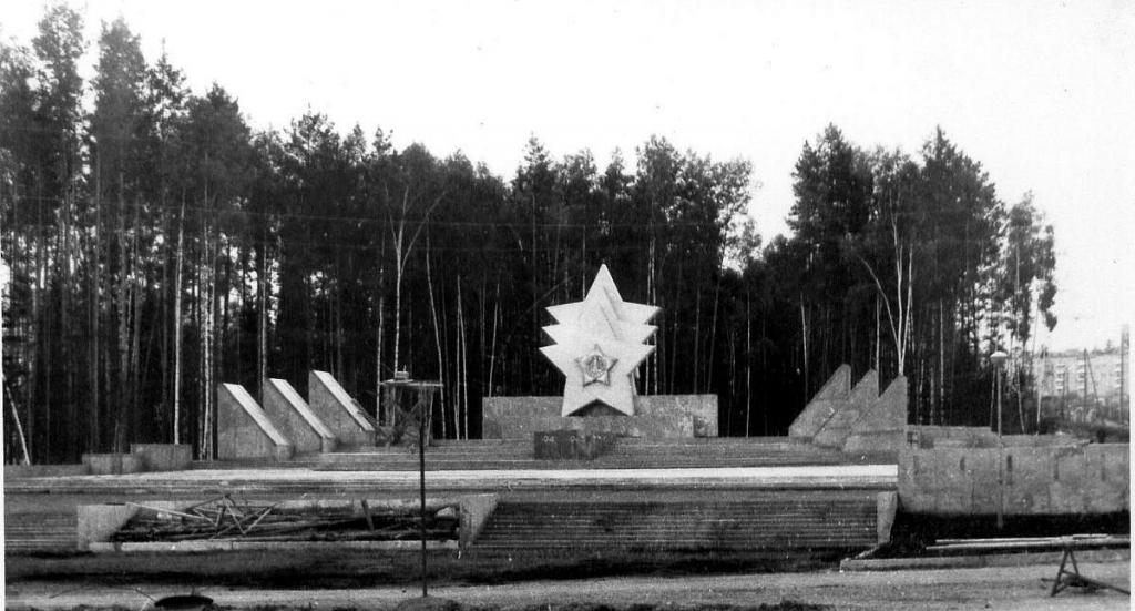 Реставрация мемориала «Три звезды». В Усть-Илимске начат ремонт памятного знака, расположенного на «Аллее славы»