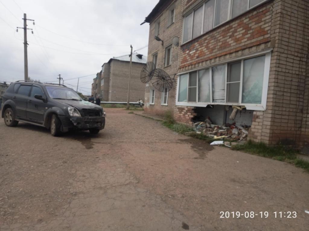 Понастроили домов...в Усть-Куте автомобиль врезался в жилое здание (фото)