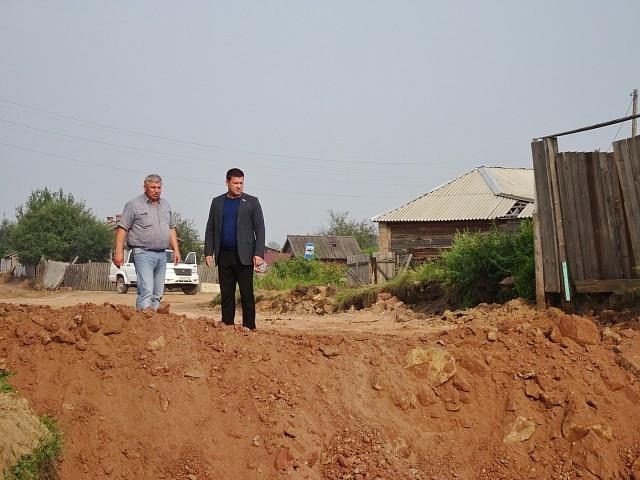 Андрей Чернышев встретился с жителями пострадавшего от паводка поселка Октябрьский и доставил гуманитарный груз (фото, видео)