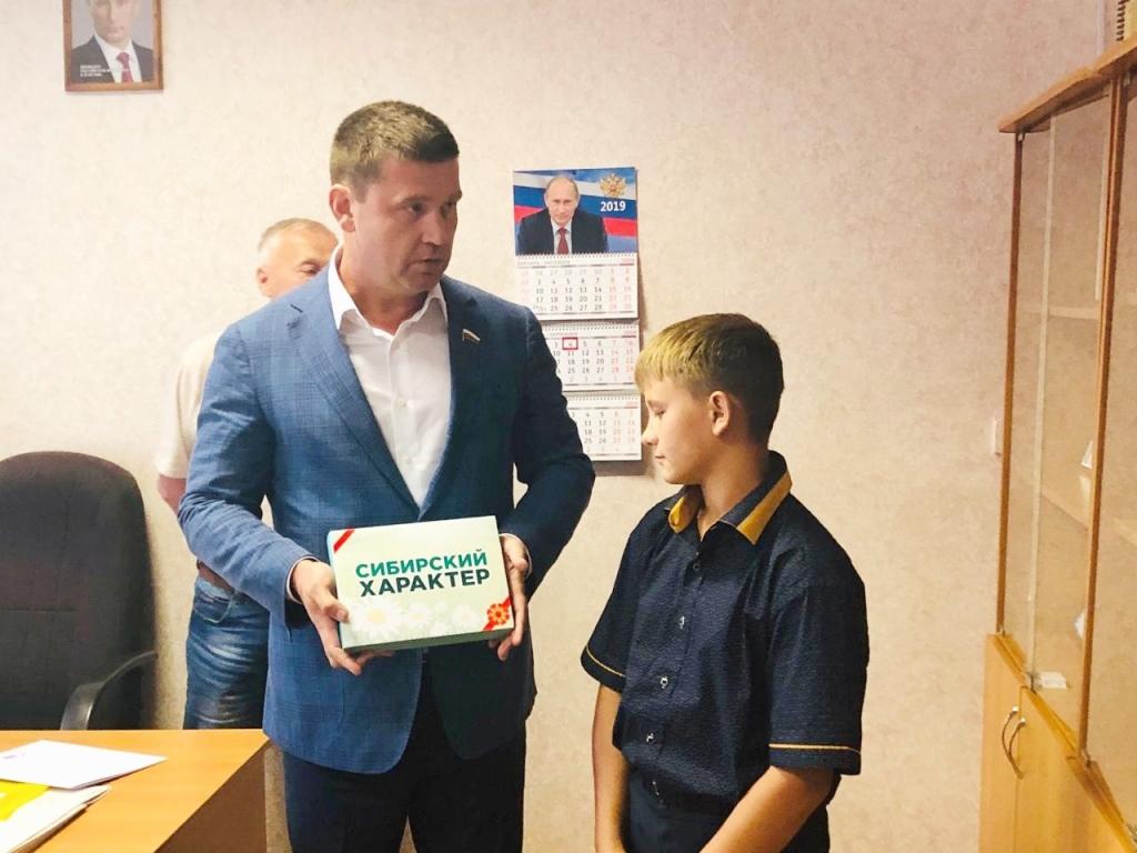 Андрей Чернышев поздравил юного героя с началом учебного года