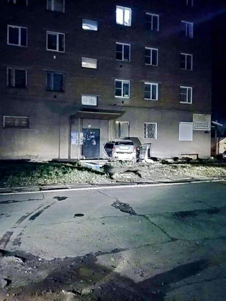 Водитель погиб, пассажиры - в реанимации. В Братске иномарка протаранила жилой дом