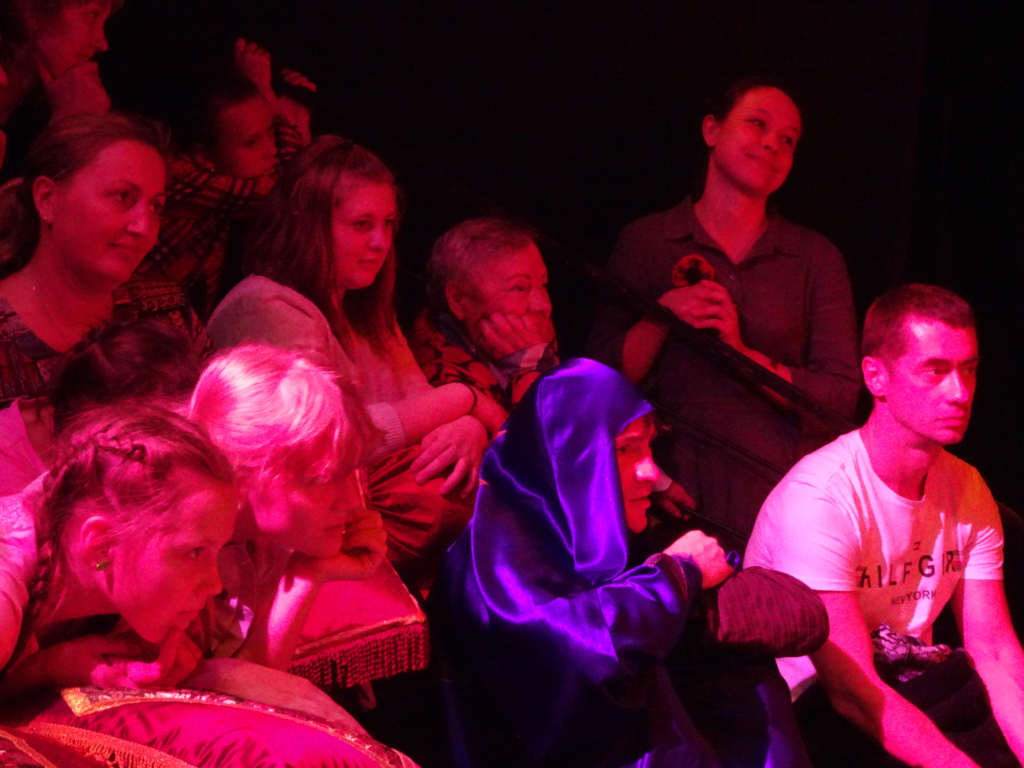 Попробовать сказку на вкус! Фонд Андрея Чернышева помог детям с ограниченными возможностями здоровья посетить необычный спектакль (фото)
