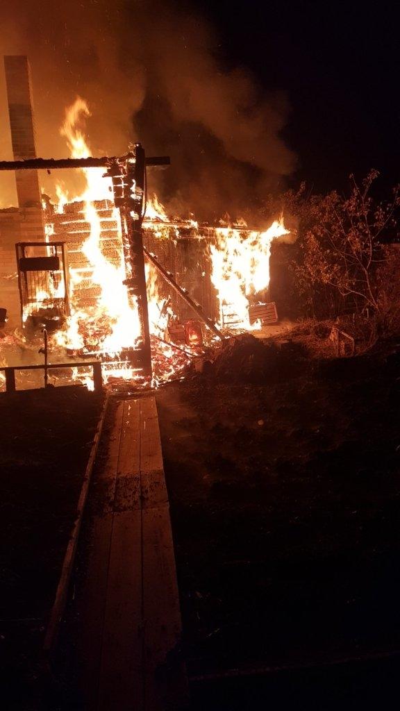 Сгорел на даче. Труп мужчины обнаружили пожарные под завалами в дачном поселке Комсомольский в Братске (фото)