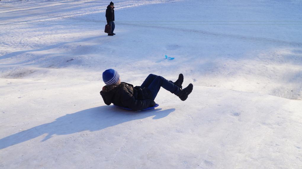 Опасный спуск. В Усть-Илимске принимают меры против небезопасного катания детей с горок