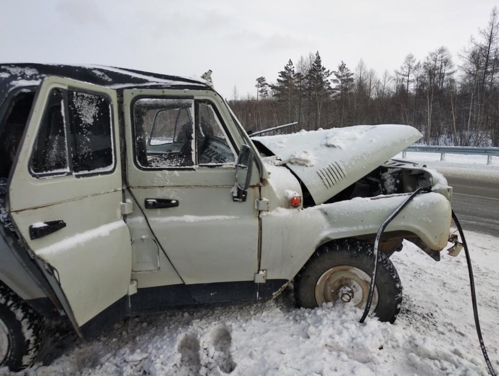 В Братске столкнулись МАЗ и УАЗ. Пострадал водитель отечественного внедорожника (фото)