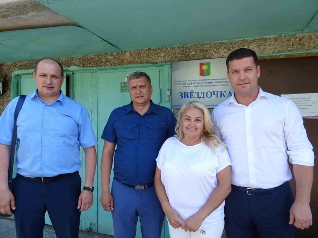 Андрей Чернышев вручил спортинвентарь для занятий плаванием воспитанникам детского сада «Звездочка» в Братске