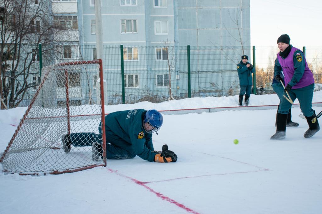 Необычный чемпионат. Пожарные Иркутской области сыграли в хоккей в валенках (фото)