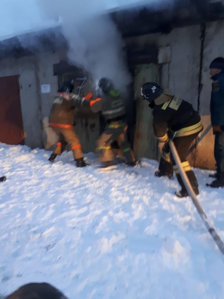 Последствия пожара. В Усть-Илимске огнем поврежден гараж и стоящий внутри автомобиль