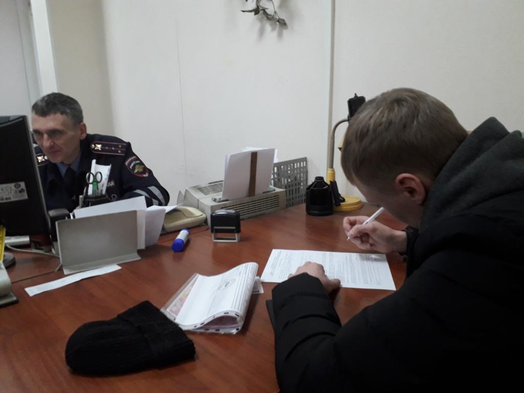 """В Братске нашли и оштрафовали мужчину, который """"хороводил"""" вокруг городской елки на внедорожнике"""