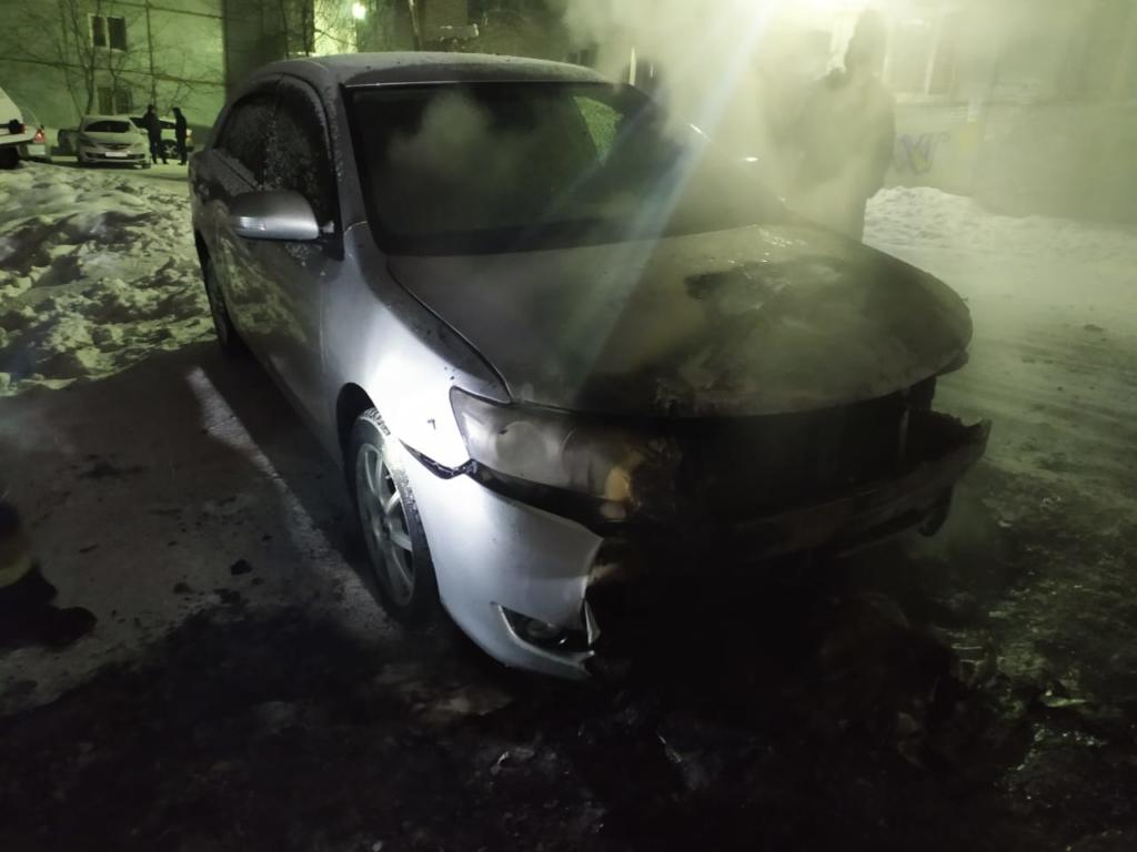 Ночной пожар. В одном из дворов Усть-Илимска сгорели два автомобиля (фото)