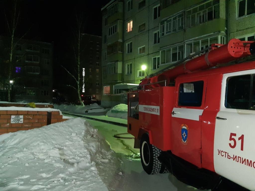 В Усть-Илимске минувшей ночью спасли на пожаре людей (фото)