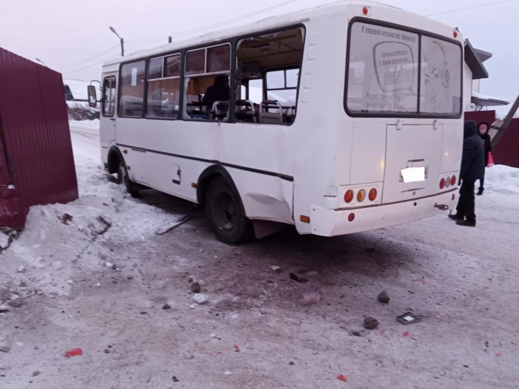 В Братске при столкновении грузовика и автобуса пострадал подросток