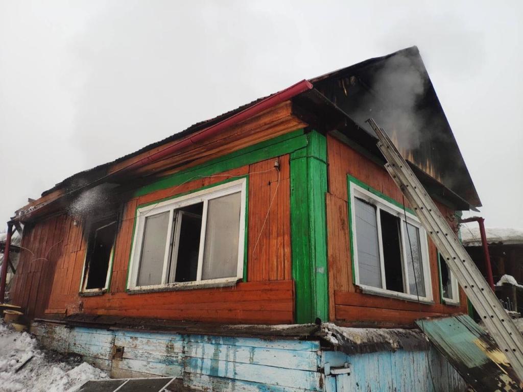 В Усть-Куте при пожаре едва не погиб мужчина. Пострадавший доставлен в районную больницу (фото)
