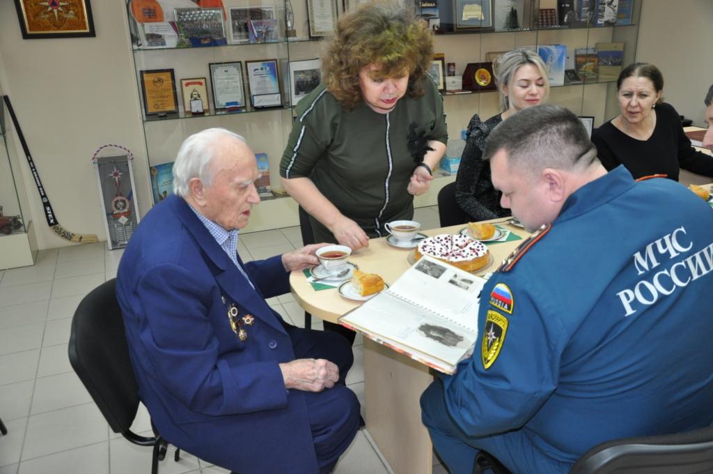 С благодарностью и уважением – сотрудники МЧС поздравили с 96-летием усть-кутского ветерана Великой Отечественной войны (фото, видео)