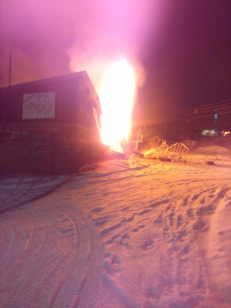 Машины погибли в огне. В Братске сгорел автомагазин (фото)