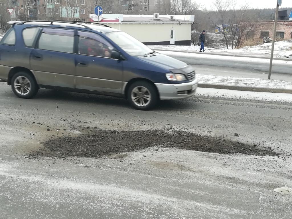 В Братске сотрудники Дорожной службы спасают  дороги от выбоин и ям (фото)