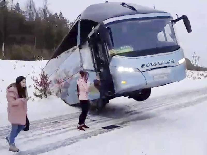 Повис над трассой. Пассажирский автобус под Усть-Илимском оказался в кювете (фото)