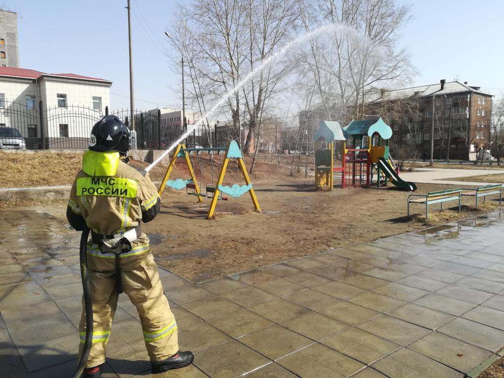 Пожарным рукавом перекроем вирусу ход. Братские пожарные дезинфицируют площади и улицы города (фото)