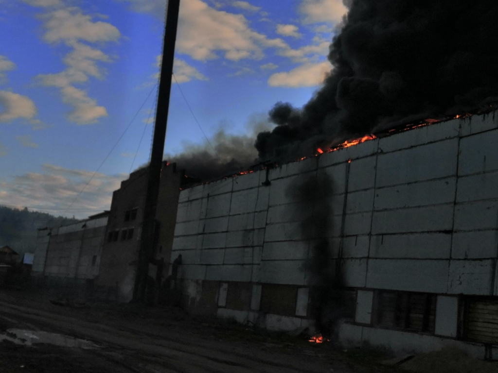 В поселке Чунский продолжается ликвидация крупного пожара на деревообрабатывающем предприятии (фото)