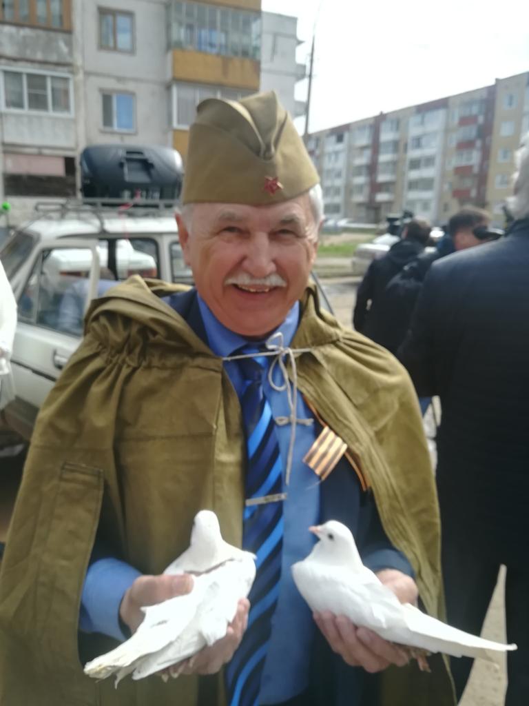 Парад в каждый двор. В Братске участников Великой Отечественной войны поздравляли представители администрации и артисты
