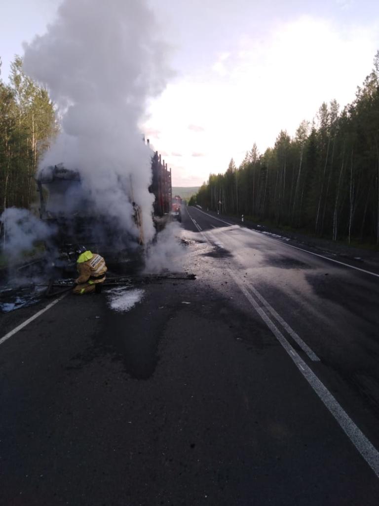 Авто и груз пострадали. Лесовоз «Scania» с лесоматериалом горел в Усть-Илимске (видео, фото)