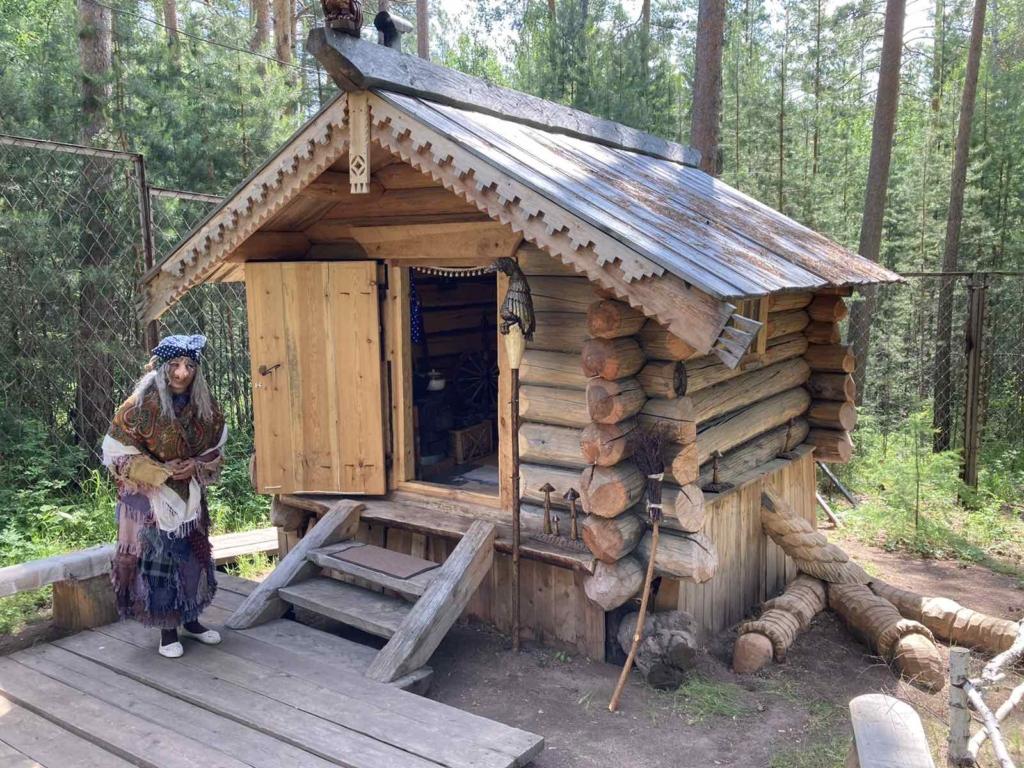 Бабка Ежка, выгляни в окошко. В Братском лесу прописалась волшебница и приглашает на новоселье (фото)