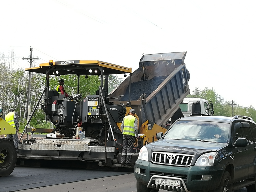 Национальный проект по графику. В Братске рабочие не жалеют асфальта на ремонт дорог