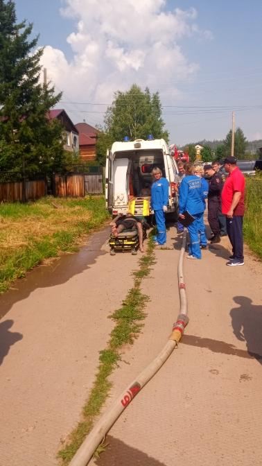 Пожарные Братска спасли мужчину при возгорании деревянного дома