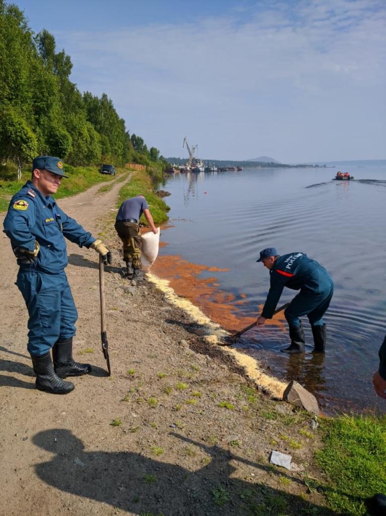 Пятна на воде. В Усть-Илимске ликвидированы последствия разлива нефтепродуктов