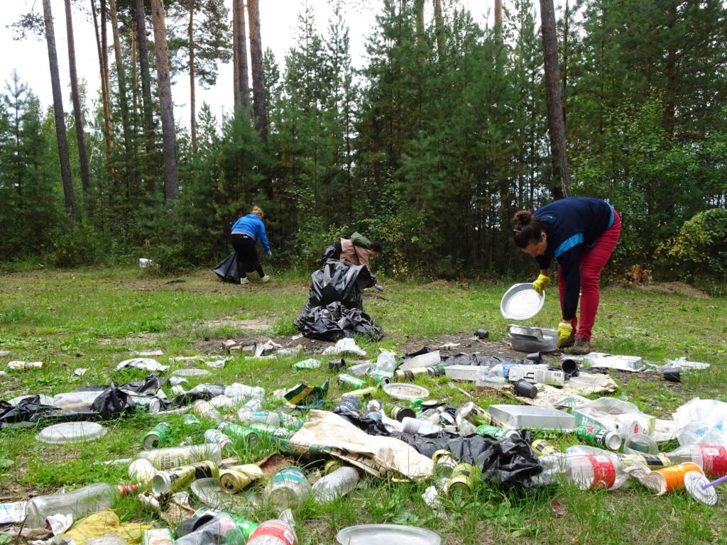 Чистый пляж. Братские активисты очистили от мусора побережье водохранилища (ФОТО)
