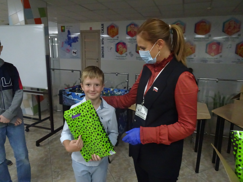 Фонд Андрея Чернышева передал школьные наборы 50 малообеспеченным семьям Братска