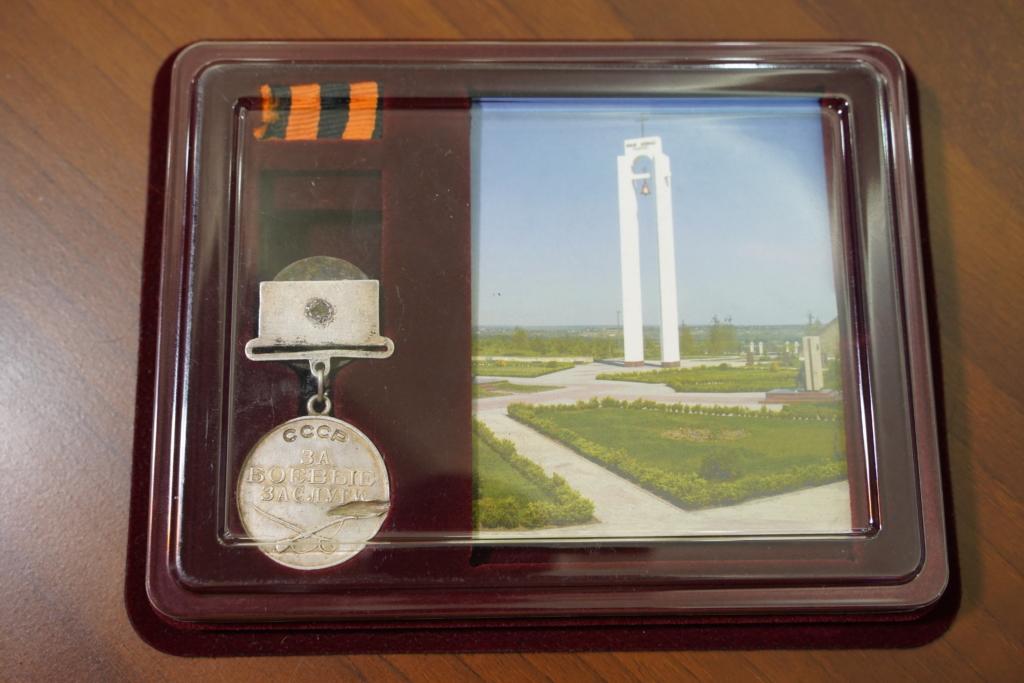 Сенатор Андрей Чернышев передал медаль погибшего советского солдата его родственникам из Иркутска